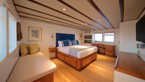 komodo sailing trip cabin